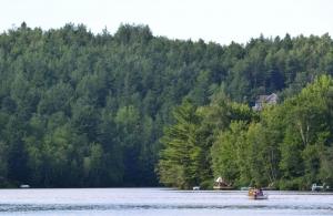 Photo du lac Desmarais en été (Source : http://lacdesmarais.org/)